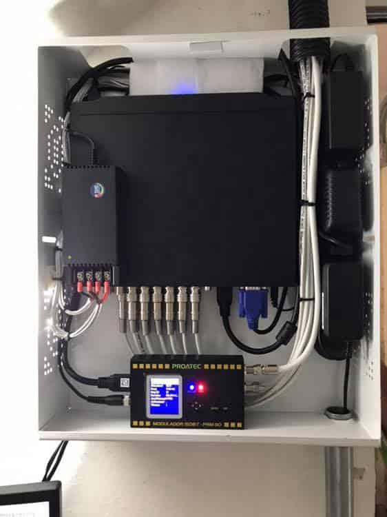 painel com instalação da central de monitoramento e dvr